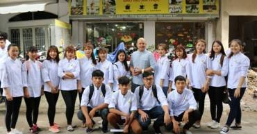 Học viên Bếp Vàng chụp hình cùng Thầy Siêu Đầu Bếp ALain Nghĩa