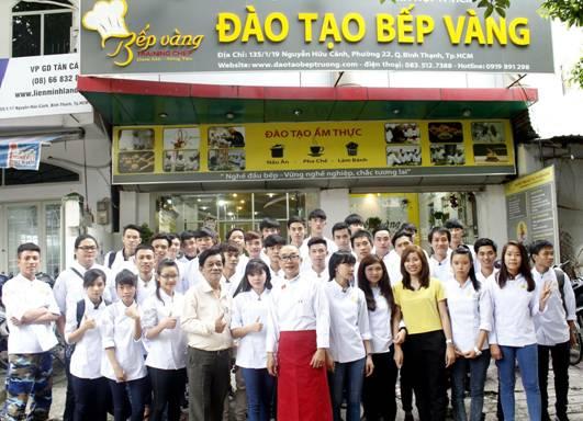 Học viên chụp ảnh lưu niệm cùng Thầy - Cô Đào Tạo Bếp Vàng