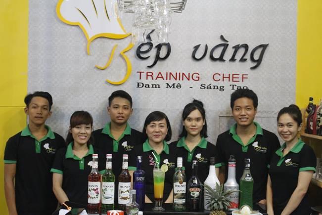 Hình ảnh học viên trong buổi pha chế tại Đào Tạo Bếp Vàng