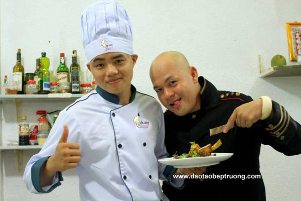 Học viên Bếp Vàng chụp hình cùng Thầy ALain Nghĩa