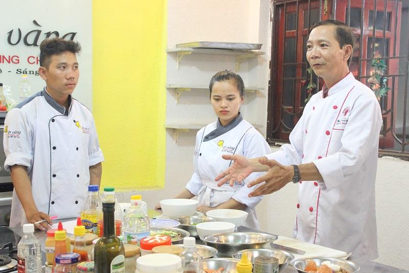 Hướng dẫn học viên những điều cần thiết liên quan đến nghề bếp
