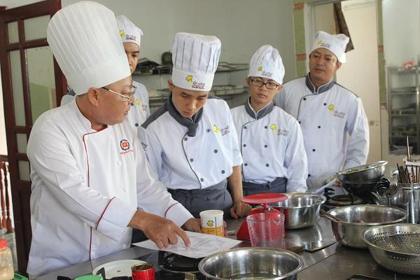 thầy Tăng Quốc Vinh đào tạo bếp vàng