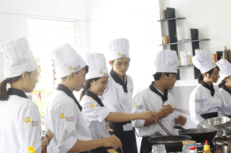 Học Viên Bếp Vàng trong giờ học thực hành