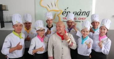 Học viên Bếp Vàng chụp hình cùng Siêu Đầu Bếp Alain Nghĩa