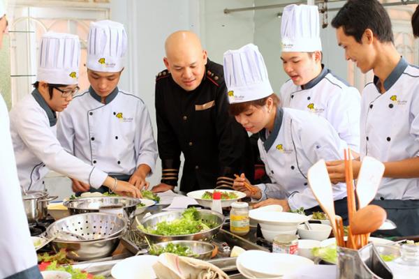 Học viên Bếp Vàng học cùng Thầy ALain Nghĩa
